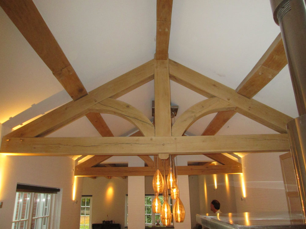 Houten balken plafond zandstralen of luchtgommen van donker
