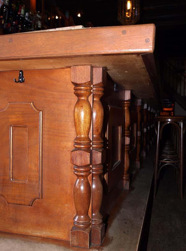 Houtdraaiwerk tapperij de zwijger wagenmakerij houtdraaierij verweij houten - De trap van de bistro ...